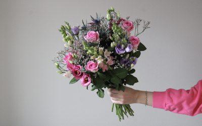 Overrask med blomster på kontoret